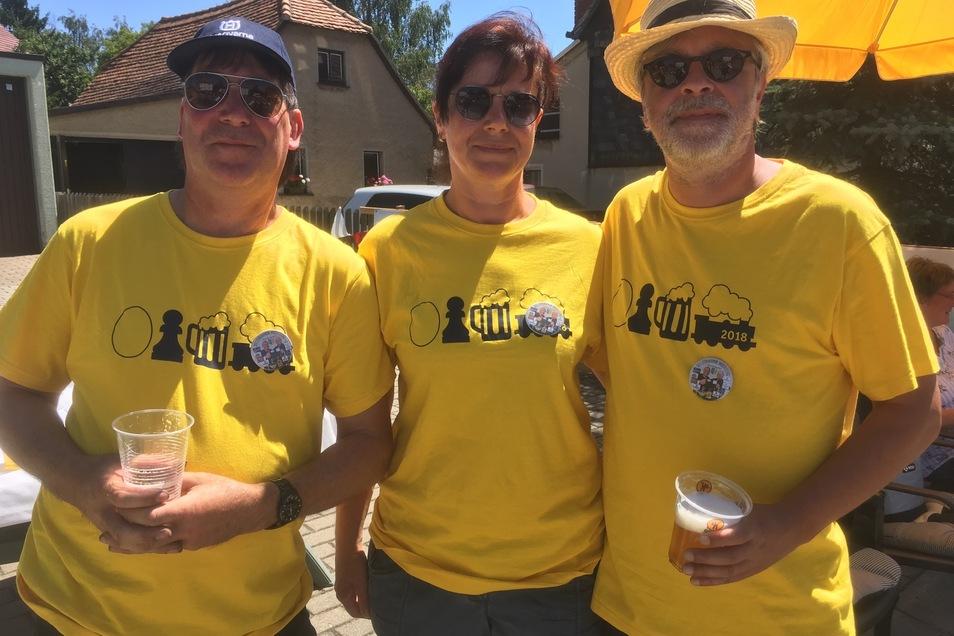 Ein Rebus-Rätsel: Ei, Bauer, Bier, Zug.