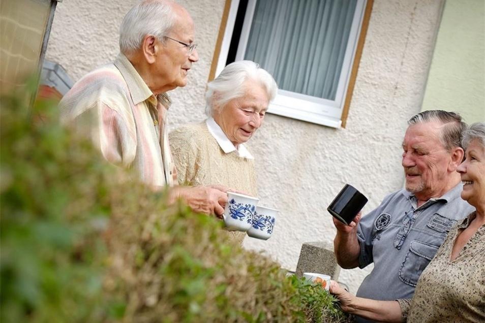 Ob Plausch über den Gartenzaun oder gemeinsames Fest: Der Nachbarschaftstag soll Menschen zusammenbringen.