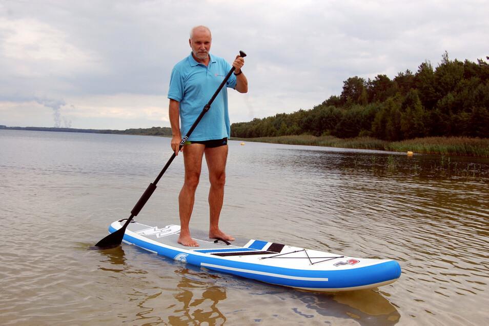Lutz Tantau, der Chef von Hoyerswerdas Freien Wählern, findet den Scheibe-See ideal unter anderem für Stand-Up-Paddling.