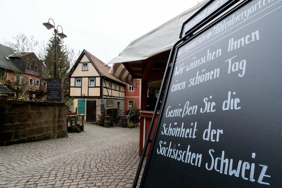 Das Winterdorf Schmilka menschenleer: Statt Bio-Glühwein und Spaß im beheizten Badezuber können die Veranstalter nur gute Wünsche übermitteln.