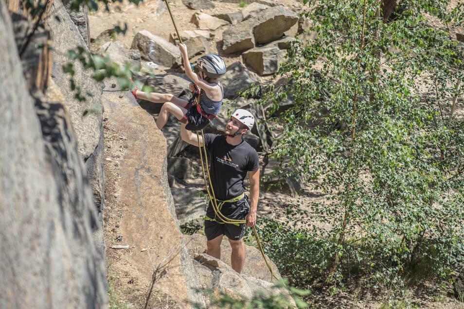 Richard Funke aus Geheege klettert in den Steinbrüchen der Königshainer Berge. Seine Schwester Emma klettert auch schon eine ganze Weile. In den Ferien veranstaltete er ein Klettercamp – trotz der Hindernisse, die es für ihn gab.