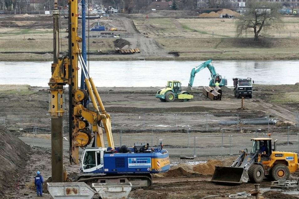 Bauarbeiten 2008  Die Bauarbeiten an der Waldschlößchenbrücke gehen indes weiter.