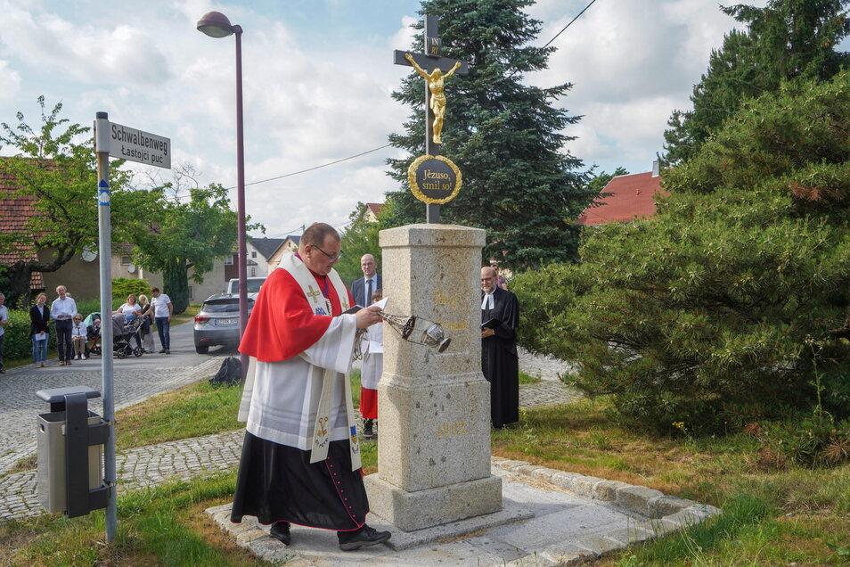 Der katholische Dompfarrer und Domkapitular Veit Scapan weihte das sanierte Wegkreuz in Salzenforst gemeinsam mit einem Vertreter der evangelischen Kirche und dem sorbischen Superintendenten.