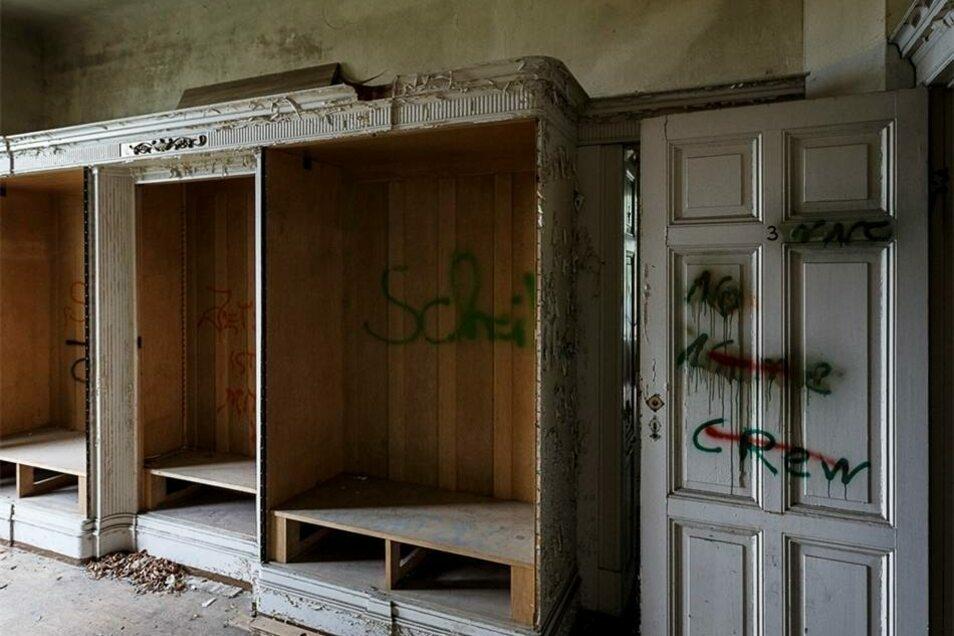Der erste Stock beherbergt diesen fest eingebauten Kleiderschrank...