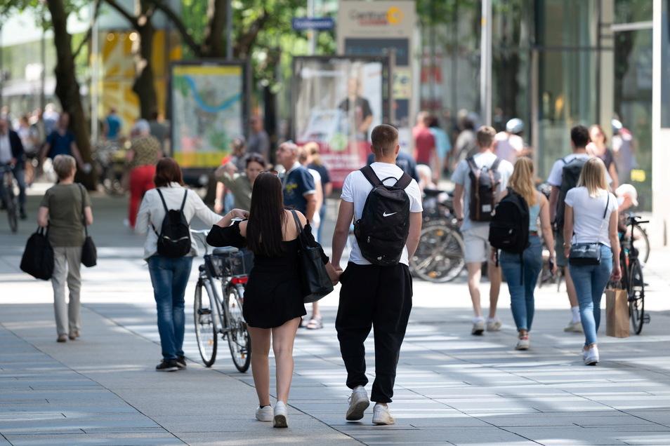 Auch in den Geschäften an der Prager Straße müssen die Kunden keine Masken mehr tragen. Die Lockerung wird sehr unterschiedlich genutzt.