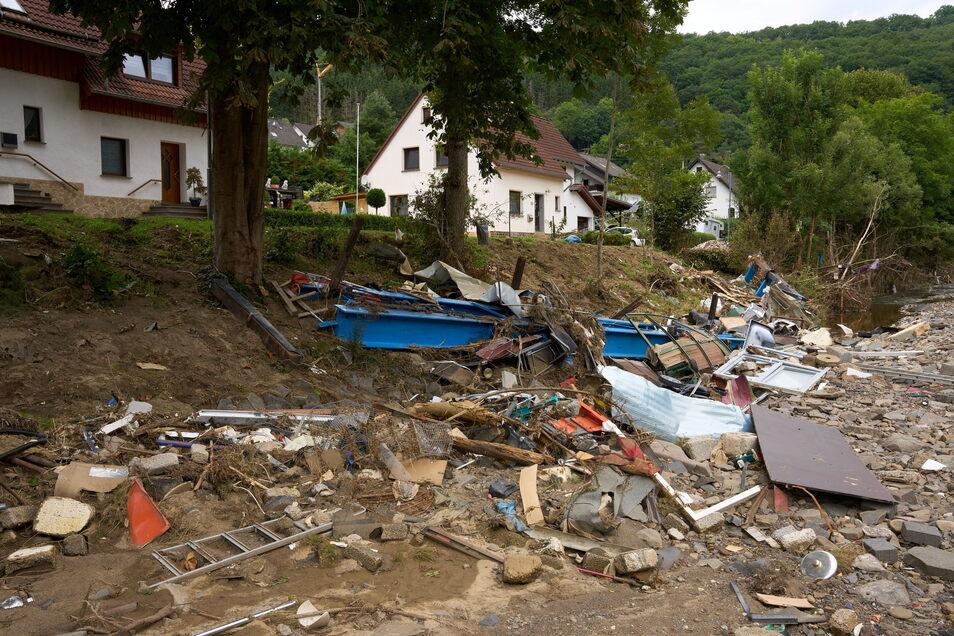 In einer etwas höher gelegenen Straße im Ort Schuld  ist schon wieder ein wenig Normalität eingekehrt, während darunter noch Trümmer
