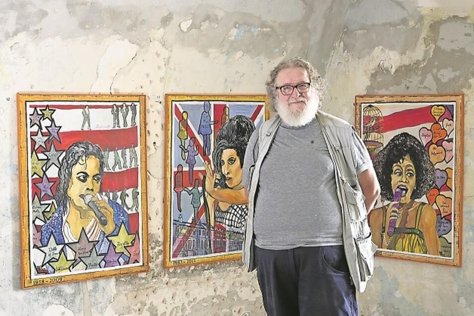 Rainer Schwarz steht im Schloss Struppen zwischen seinen gemalten Erinnerungen an die verstorbenen Popstars Michael Jackson, Amy Winehouse und Whitney Houston.