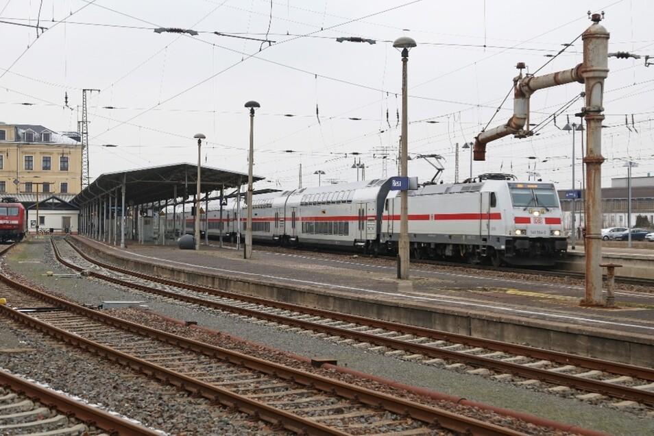In Riesa trifft der IC auf denkmalgeschützte Technik: Der Wasserkran rechts stammt noch aus der Dampflok-Epoche. In den nächsten Jahren will die Bahn den Bahnhof allerdings zeitgemäß umbauen – mit Folgen für Reisende.