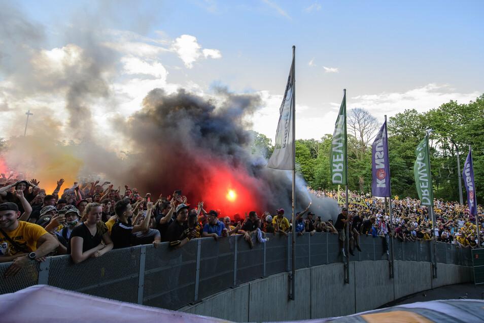 Viel Rauch und Feuer zündeten Fans am 28. Juni vor dem Stadion - an den Mindestabstand hielt sich hier keiner.