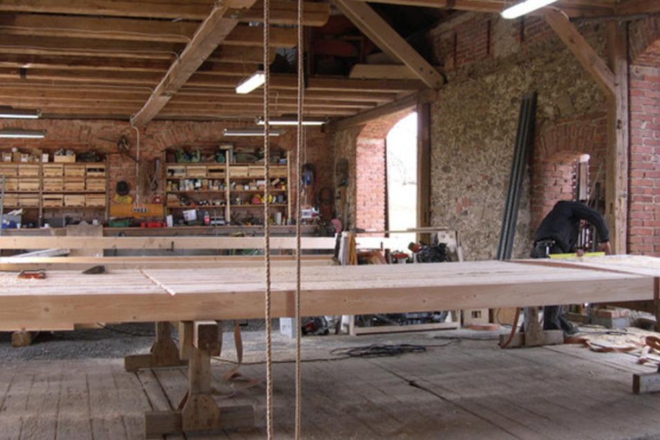 In der polnischen Manufaktur konnte man bisher 3.000 Quadratmeter Bauelemente pro Jahr anfertigen. In Miltitz werden das maschinell dann 25.000 Quadratmeter sein.