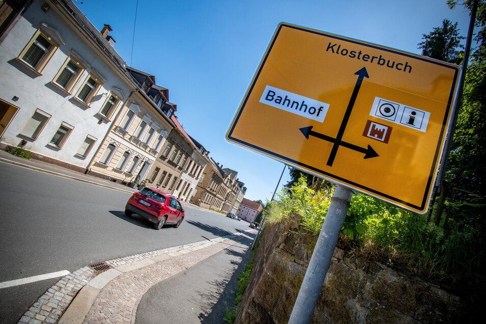 Am Olbrichtplatz und der Friedrich-Naumann-Straße stehen schon die neuen Schilder. Sie sehen etwas anders aus.