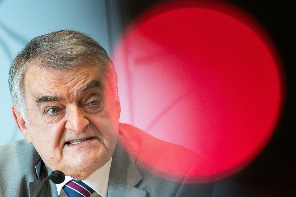 """Nordrhein-Westfalens Innenminister Herbert Reul (CDU) spricht von """"einer Schande für die Polizei""""."""