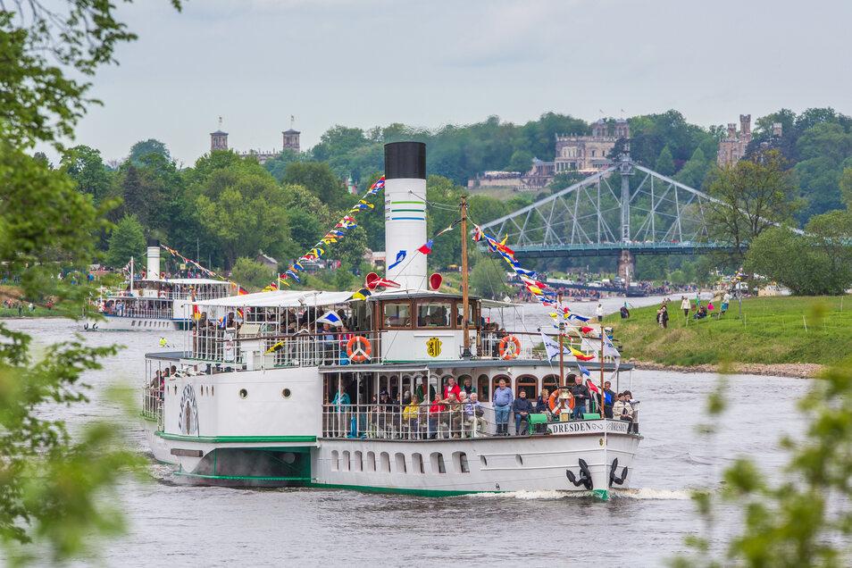 """Der Dampfer """"Dresden"""", hier bei einer Flottenparade, soll als erster wieder fahren."""