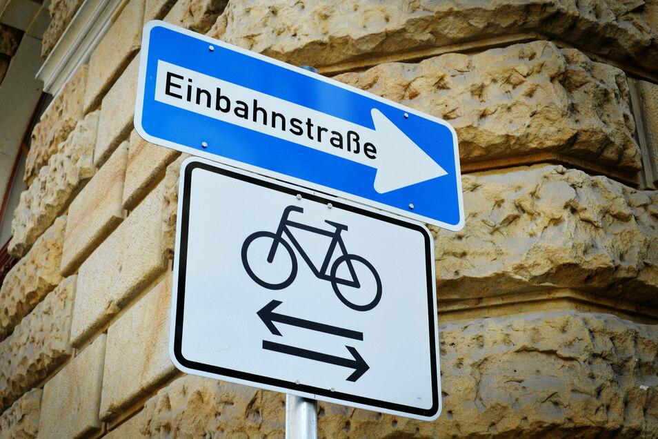 An der Wettinstraße, Ecke Waldstraße möchte die Stadt ein Einbahnstraßenschild aufstellen. Ob darunter auch das Verkehrszeichen steht, dass Radler in beide Richtungen fahren dürfen, wird noch geprüft.