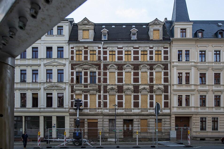 Das Haus Landeskronstraße 6 in Görlitz wurde im Juli 2018 notgesichert. Seither sind Gehweg und Parkplätze vor dem Gebäude abgesperrt.