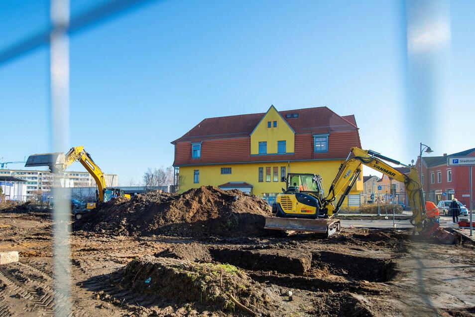 """Bagger, Erdhaufen, Bauzäune: An der Bahnhofstraße hat die WVH begonnen, """"ihre"""" Mitte zu bauen."""