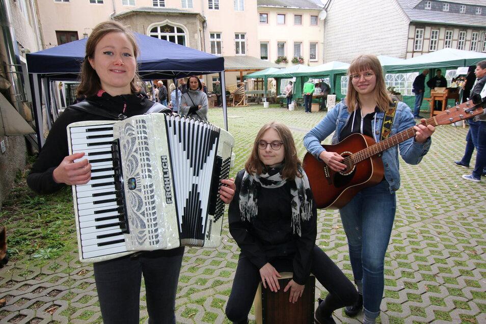 """Als """"Mix Up"""" spielen Luisa, Saskia und Jenny in Bergmanns Hof und dann noch auf dem Obermarkt. Ihre Musik ist live und handgemacht. Dem Publikum gefällt das."""
