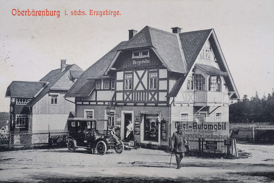 Die Ansichtskarte von 1911 zeigt den Laden am Kurplatz in Oberbärenburg, den Anne-Kristin Kühnel heute betreibt. Er hat inzwischen einen Anbau. Auch das Sortiment hat sich verändert.