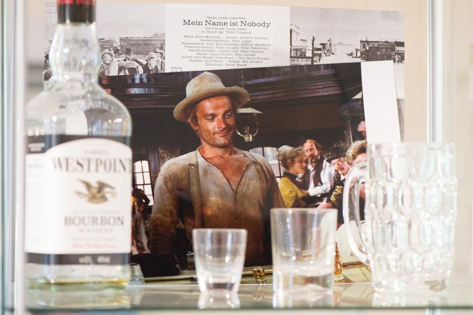 Exponate stehen im Terence-Hill-Museum in Lommatzsch in einer Vitrine. Das Museum zu Ehren des Schauspielers soll am 11. Mai eröffnet werden.