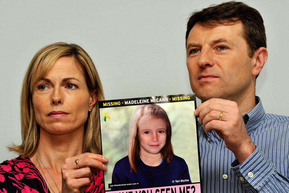 """Kate und Gerry McCann, Eltern der vor 13 Jahren verschwundenen Britin Madeleine """"Maddie"""" McCann halten bei einem Such-Aufruf das Foto ihrer Tochter."""