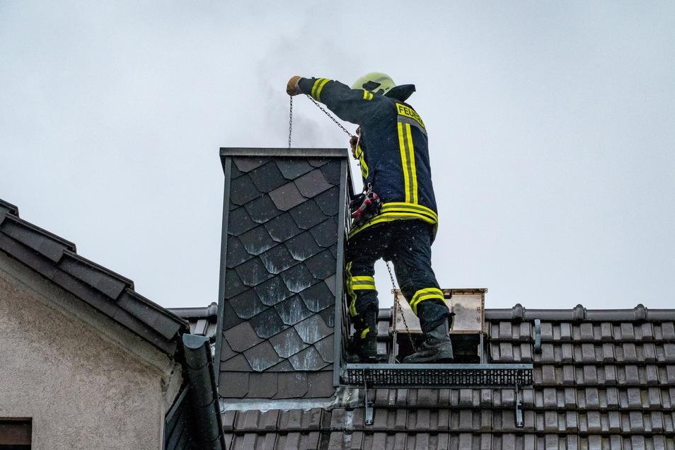An der Feldstraße 2 kam es am Sonntagmittag zu einem Schornsteinbrand.