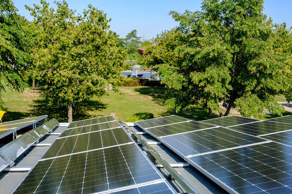 Eine Photovoltaikanlage auf dem Dach der Gebäude des Kötitzer Bades, ist ein Beispiel für moderne Klimapolitik in der Stadt Coswig. Das soll sich fortsetzen, beschließen Stadtverwaltung und Räte.