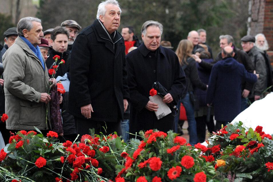 Egon Krenz (M) besucht am 09.01.2011 in Berlin die Gedenkstätte der Sozialisten auf dem Friedhof Friedrichsfelde