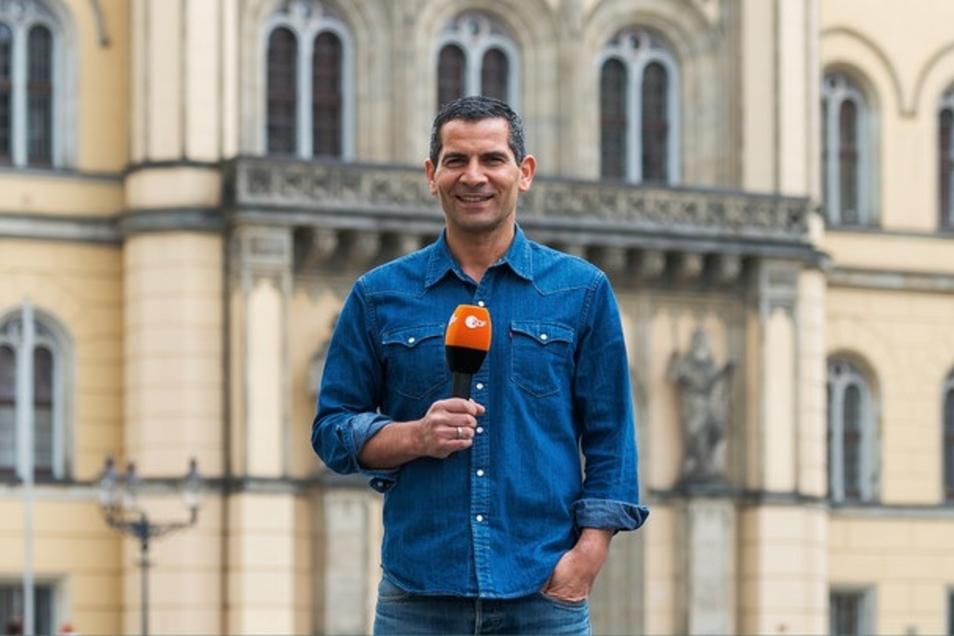 Morgenmagazin-Moderator Mitri Sirin auf dem Marktplatz in Zittau, von dem er am Freitag die Sendung moderiert.