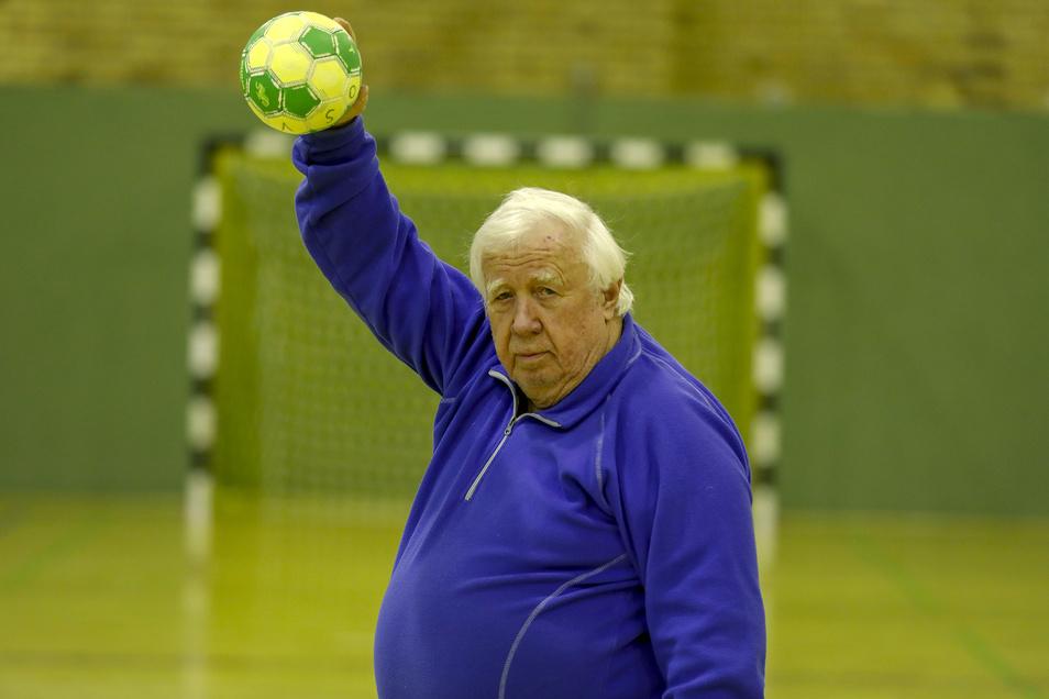 In der Handballhalle des OSV Zittau ist Jürgen Kloß in seinem Element. von 1990 bis 2001 war der heute 77-Jährige Oberbürgermeister von Zittau.