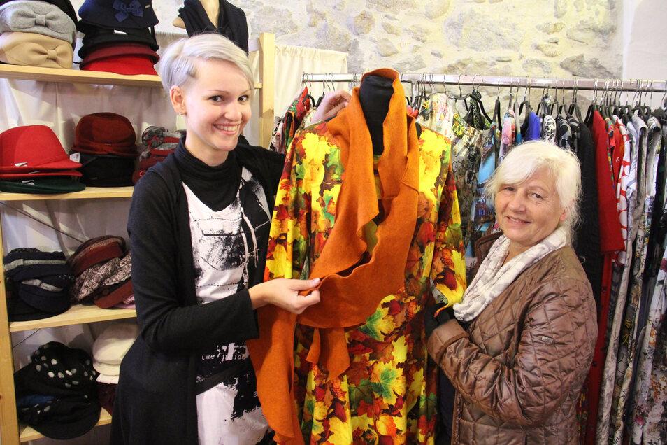 Carmen Straube (r.) und  Katja Vieweger haben vergangenes Jahr ihre handgedertigten Leinenprodukte in Rammenau angeboten.