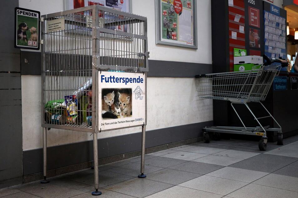 Am liebsten sehen die Ehrenamtler die Boxen gefüllt wie hier in Riesa. Im dortigen Kaufland bittet der Tierschutzverein aus der Sportstadt für ihre Schützlinge um Unterstützung.