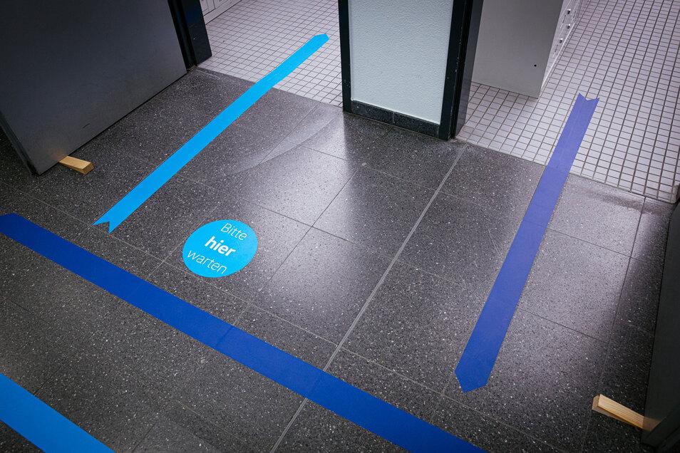Blaue Markierungen sollen verhindern, dass es zu Gegenverkehr kommt.