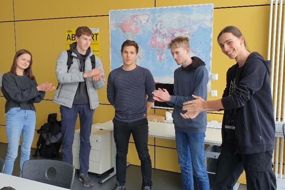 Der Debattierclub gratuliert dem Sieger aus Großröhrsdorf: Jakob Holling (M.) wird Sachsen im Bundesfinale vertreten.