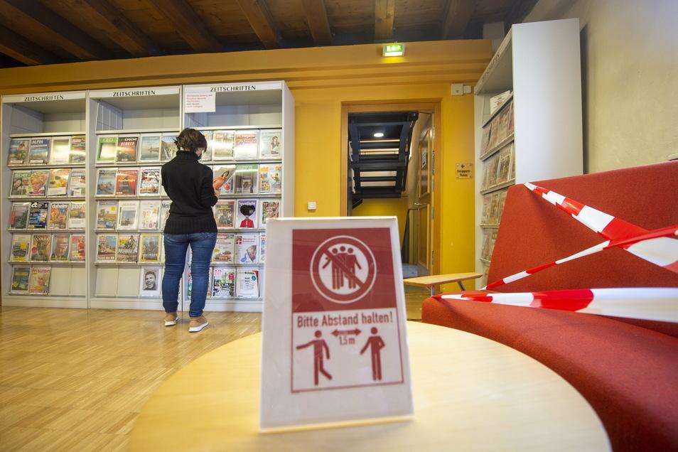 Eine Mitarbeiterin steht in der Stadtbibliothek in Pirna vor einem Regal. Aufgrund der aktuellen Einschränkungen ist die Einrichtung noch bis zum 7. Februar geschlossen,