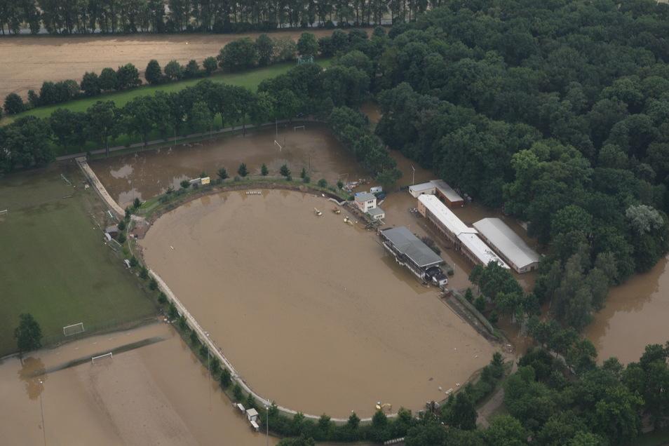 So sah das Weinau-Stadion nach dem August-Hochwasser vor elf Jahren aus.