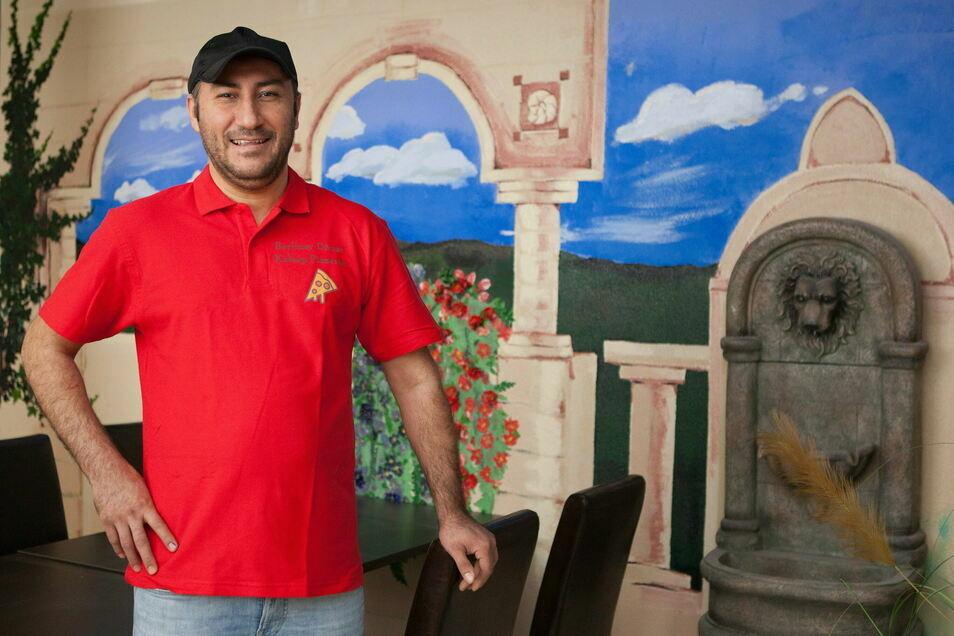 Mehmet Ates steht in seinem neuen Döner-Lokal auf der Berliner Straße 32. Ab Freitag hat er geöffnet.