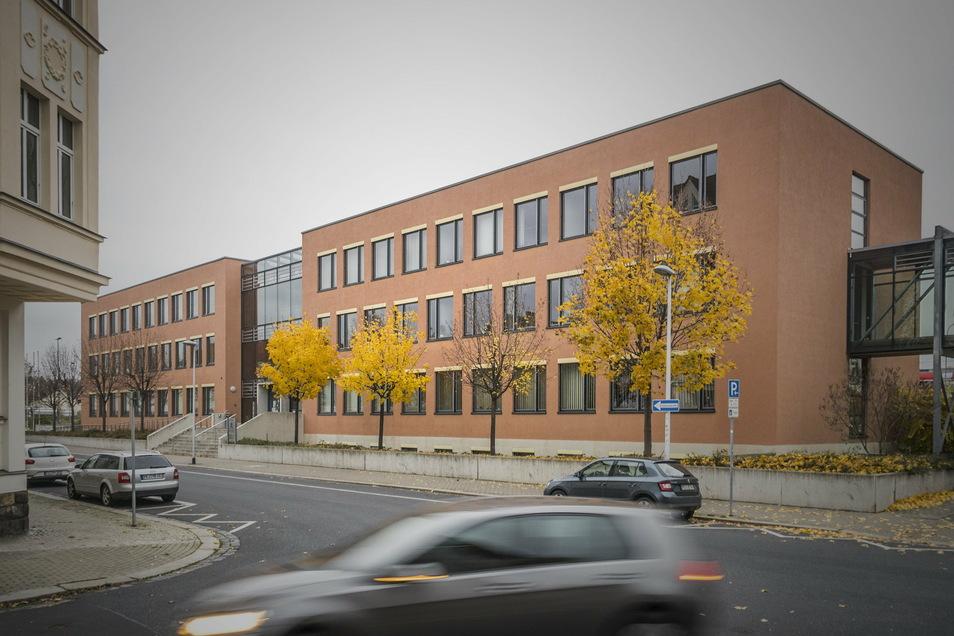 Das Gebäude des Landratsamts in der Meißner Brauhausstraße ist derzeit der Arbeitsort von Henrike Frauen. Aber auch in den Dienstsitzen der Kreisverwaltung in Großenhain und Riesa sind Mitarbeiter und Helfer des Gesundheitsamtes untergebracht.