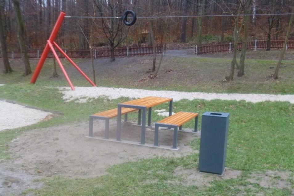 Neue Sitzgruppe am Spielplatz an der Forellenschenke in Sebnitz.