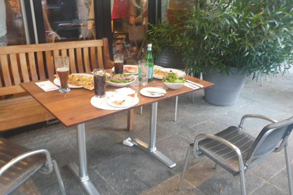 """Gäste der """"L'Osteria"""" an der Wilsdruffer Straße mussten sich im Restaurant in Sicherheit bringen, ließen ihr Essen draußen stehen. Gegendemonstranten waren durch den Außenbereich gerannt."""