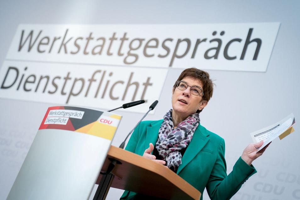 Annegret Kramp-Karrenbauer (CDU) hatte noch als Generalsekretärin ihrer Partei einen solchen Dienst ins Gespräch gebracht, der nicht nur bei der Bundeswehr, sondern auch in der Pflege oder bei der Feuerwehr geleistet werden könnte.