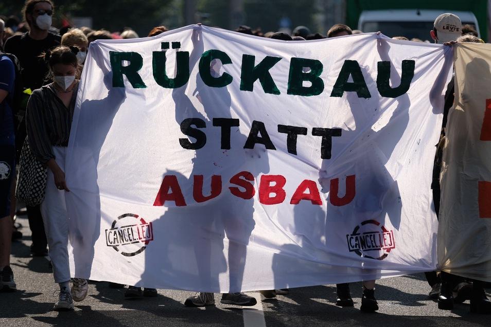 Mehrere hundert Menschen protestierten gegen den geplanten Ausbau des Frachtflughafens Leipzig, hier ein Foto aus dem Juli.