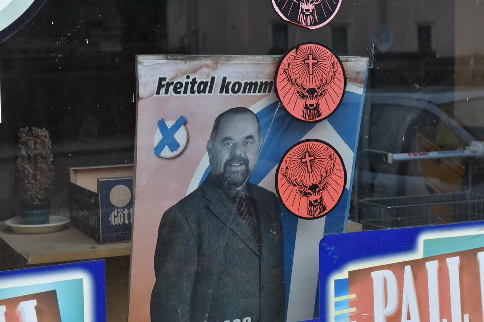 Ist das nicht? Ja, das ist er. Klaus Mättig, ehemaliger Oberbürgermeister von Freital, macht in einem vergessenen Schaufenster am Burgwartsberg noch immer Werbung für seine politische Karriere.