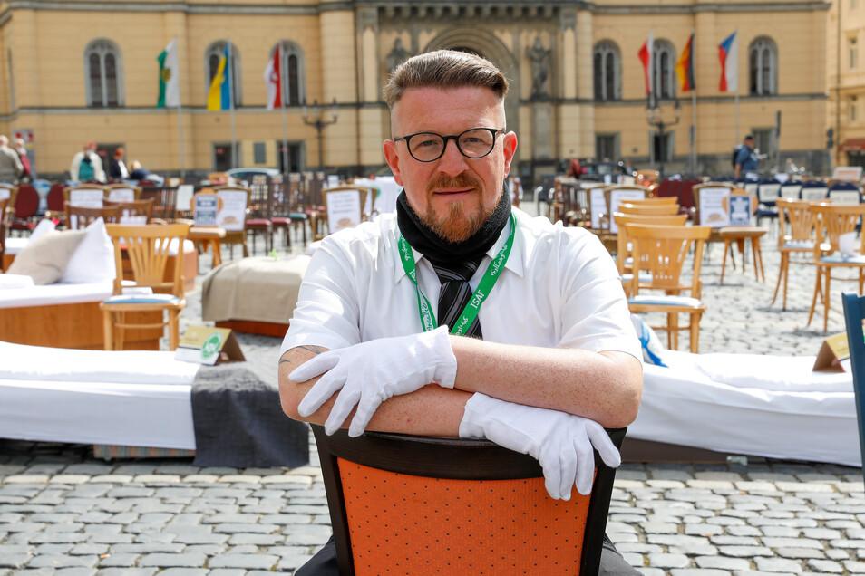 """Conrad Siebert, einer der Hauptorganisatoren der Aktion """"Leere Stühle"""", vor einer Stunde auf dem Zittauer Markt."""