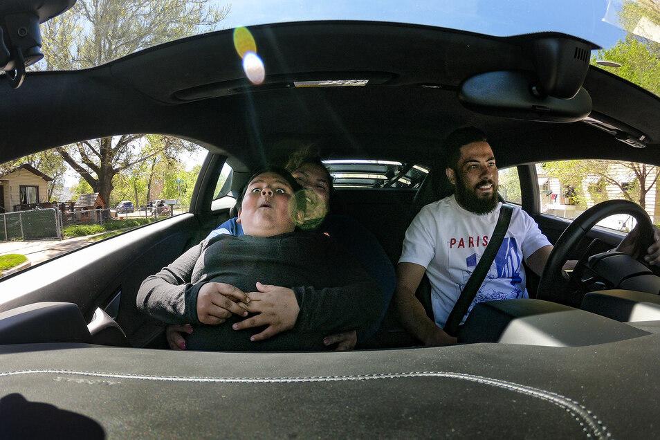 Der fünfjährige Adrian ist nach seiner Fahrt von einem Lamborghini-Besitzer besucht worden und macht eine Spritztour.