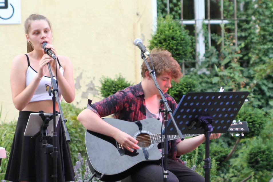 Julian Köhler, hier bei einem Auftritt in Roßwein mit Juli Schützel, hat am Entstehen der CD von Tina Ertel großen Anteil.
