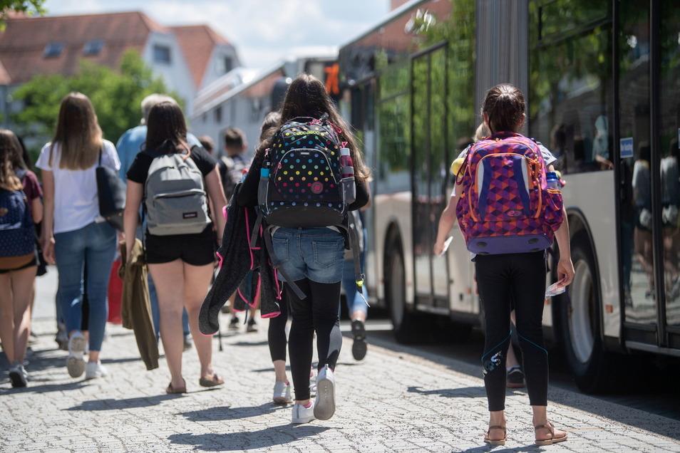 Schülerinnen und Schüler fahren bald günstiger mit Bussen und Bahnen.