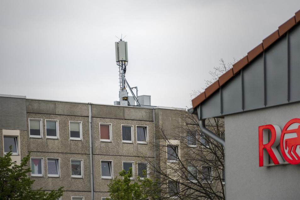 Der neue Mobilfunkmast auf dem Dach des Wohnblocks an der Kellerstraße.