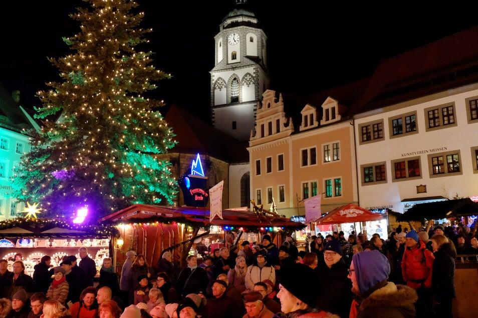 Nicht nur zum Stollenanschnitt ist der Meißner Weihnachtsmarkt im Advent oft gut gefüllt. Wie er dieses Jahr aussehen wird, lässt sich noch nicht sagen.