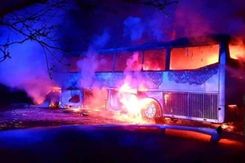 Beide Busse brannten nieder.