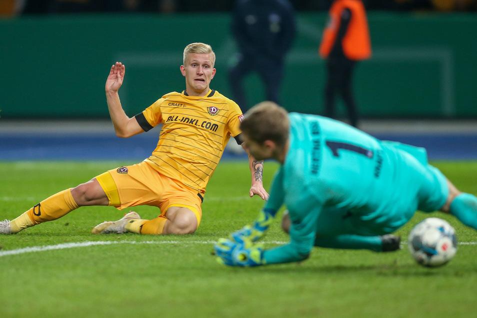 Luka Stor trifft im Berliner Olympiastadion gegen Hertha-Torwart Thomas Kraft zum 3:2 für Dynamo, zur Sensation fehlen Dynamo nur ein paar Sekunden.